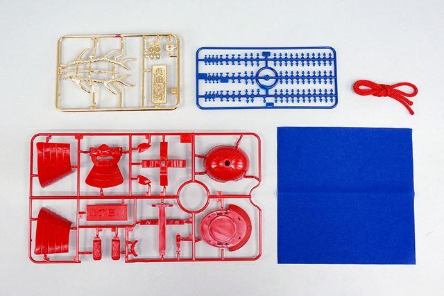 箱の中身です。通常のパーツのほかに、金メッキ加工されたパーツ、紐、敷き布が付属しています