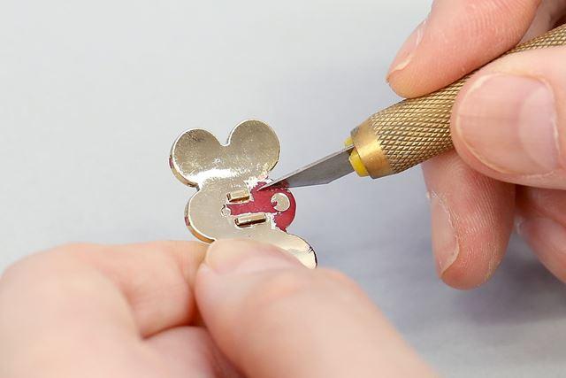 カッターなどで金メッキを削ってから接着剤を使いましょう