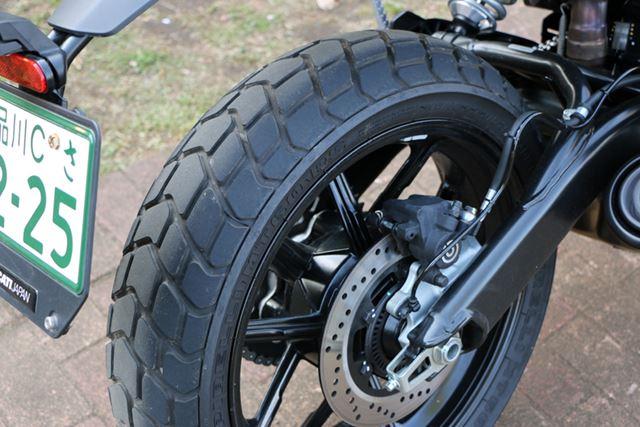 リアにも、ピレリ製のタイヤを装備。サイズは17インチで、太さが160となっている