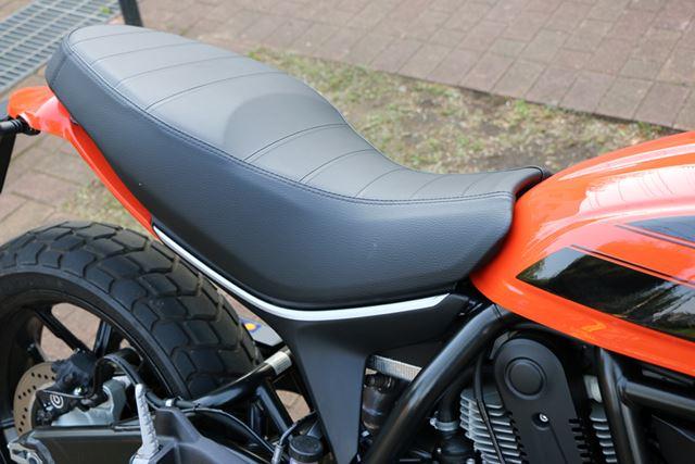 座面がフラットなシートは、前後のポジション移動がしやすい。前側の幅を絞ることで、足つきのよさにも貢献
