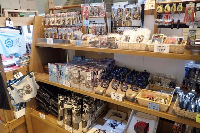 売り場面積は広く、武将コーナーや岐阜城グッズ、その他岐阜関連のお土産がところ狭しと並んでいた