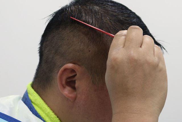コームで髪の流れを整えておきましょう。からんでいる部分があったら、この時に完全にほぐしてください。これで準備は完了です