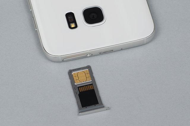 使用するのはnanoサイズのSIMカード。microSDメモリーカードトレーと一体化されている