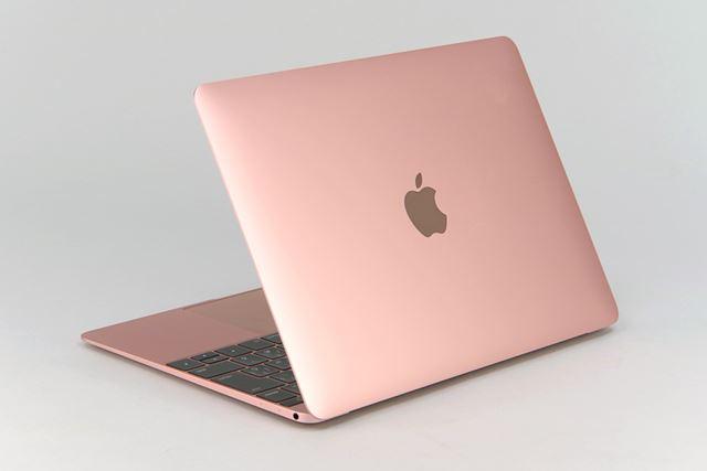 ディスプレイも超薄型のMacBook。新色のローズゴールドは落ち着いた色味で、派手なピンクではない