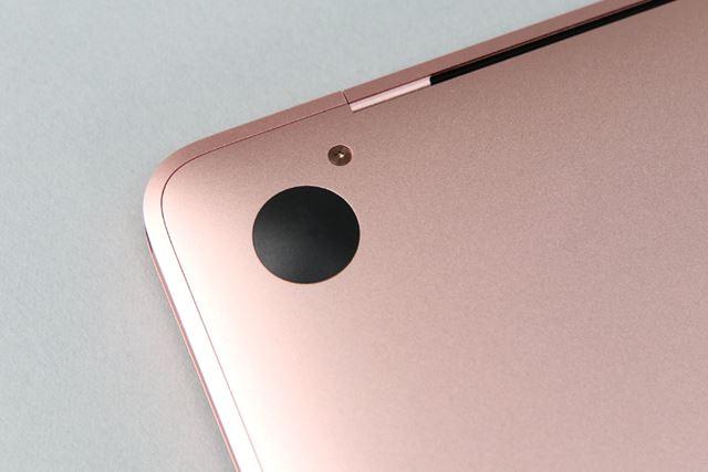 底面のネジもボディと同じ色に塗装されている。ちなみに、付属するアップルのシールも同じ色だ