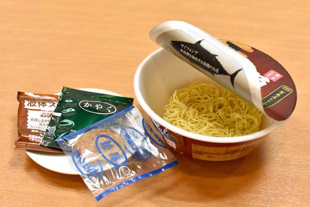 具材は、チャーシューとネギのみ。スープは粉末ではなく、液体スープで仕上げます
