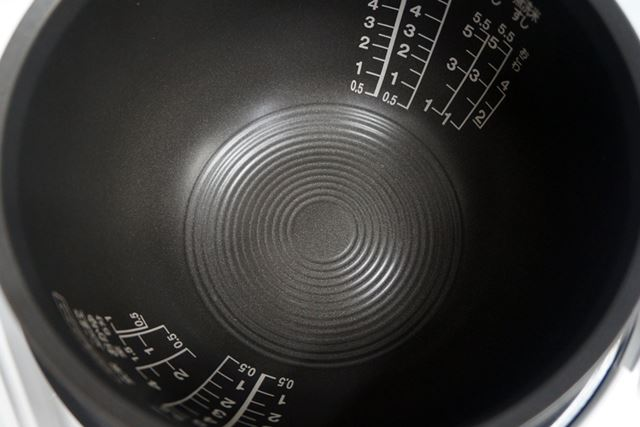 内釜内の底にある模様も、熱を伝えやすくする工夫