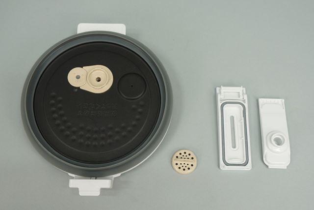 内ぶたに付いてるフィルターを取り外し、蒸気口のケースは分解して洗浄。洗うパーツは、これだけだ