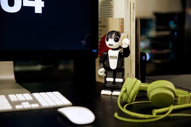 シャープのモバイル型ロボット電話、ロボホン。価格.com最安価格は213,840円
