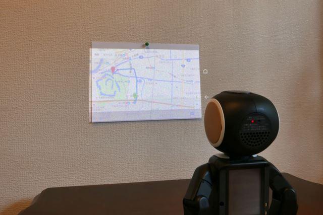 額部にプロジェクター機能を搭載。写真や地図、ネット動画を楽しめる