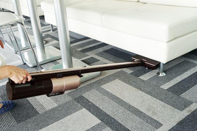 ヘッドの高さは約4cmなので、家具の下も掃除しやすい