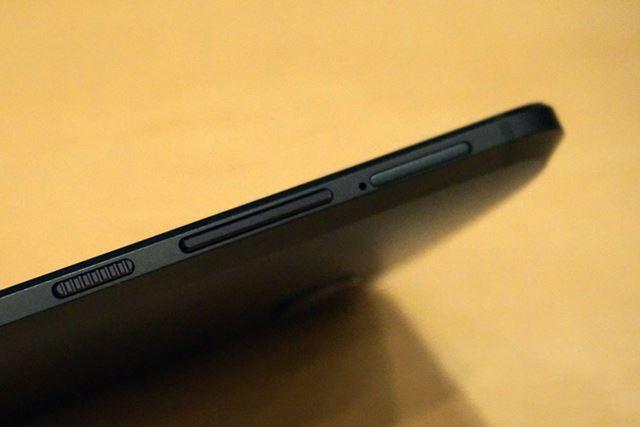 左側面には、凹凸の付けられた電源ボタンと、フラットな表面のボリュームボタンが備わる