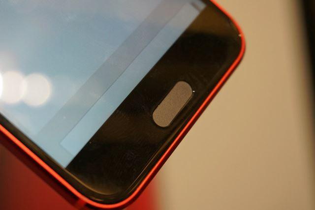 指紋センサーを兼ねたホームボタンを中心に、左右にはタッチ式の「バック」と「タスク」ボタンが配置される