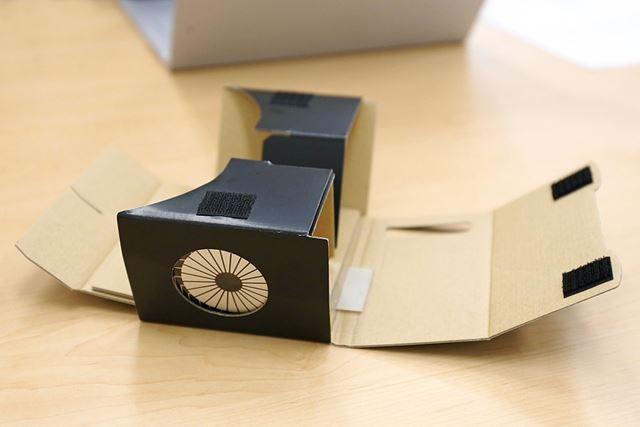 ゴーグルの本体を組み立て、「ExtensionSticker」を本体の内部に差し込むようにセットします