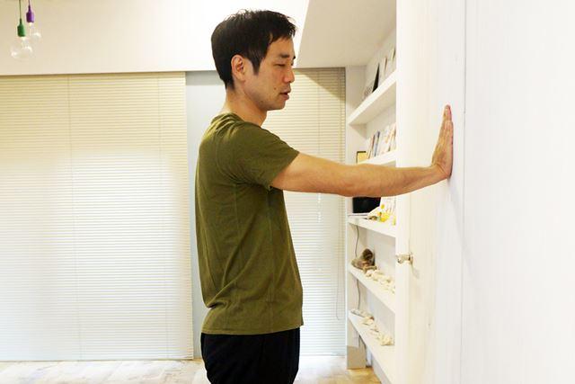 3. 曲げた腕で壁を押し、手のひらが離れない距離まで身体を起こす