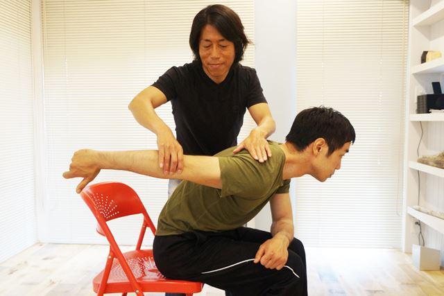 腕が床と水平になるとベスト! 脇をしっかりと締めて、肘を上げることも忘れずに