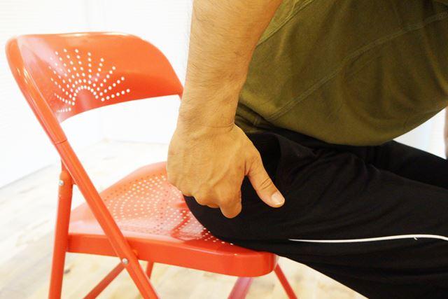 親指は力が入らないようにあえて握らず、逆に小指に力を込めると上腕三頭筋に効きやすくなる