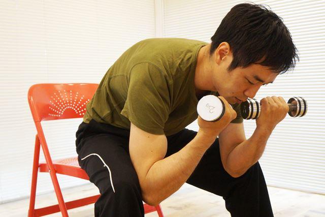 持つ物が重くなると肘が固定しにくくなるので注意しよう