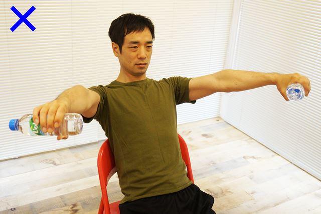 胸を張るようにすると腕を開いて上下運動をしてしまいそうになるが、真っすぐ上げる、下げるが鉄則