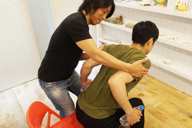 肩で腕を引き上げるのではなく、肘から上げる。肘が少し中に入るようにすると、肩甲骨も寄せやすい