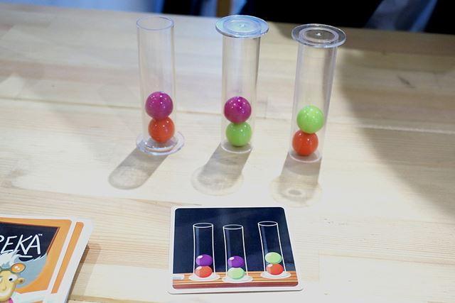 手前が出題カードです。試験管は逆さでも、球の色の順番が同じならOK