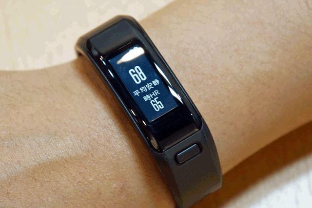 光学センサー式の心拍数計測機能を搭載。睡眠時に装着しておけば、睡眠時間や睡眠時の動きも計測できます