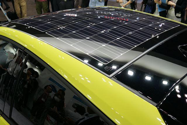 天井に搭載されるソーラーパネル。量産車に搭載されるものとしては最高レベルの180Wの出力を実現している