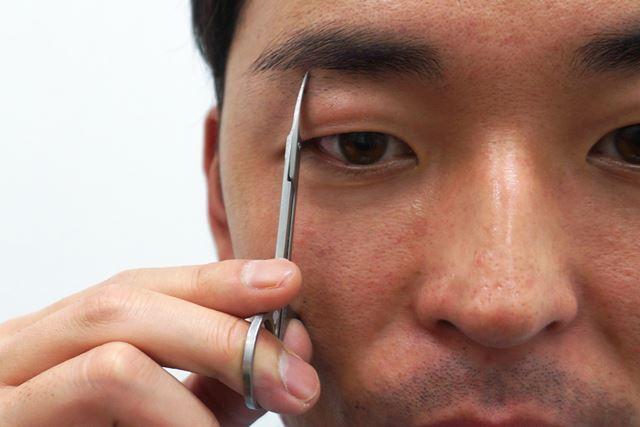 はさみは立ててカット。刃を横向きにすると、切る必要のない部分まで切れてしまいます