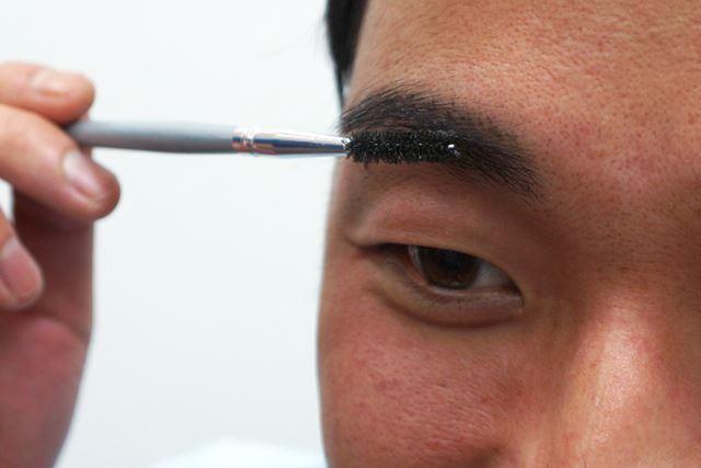 毛の流れを整える時と同じ要領でブラシを動かし、まゆ毛にアイブロウフィクサーをなじませます