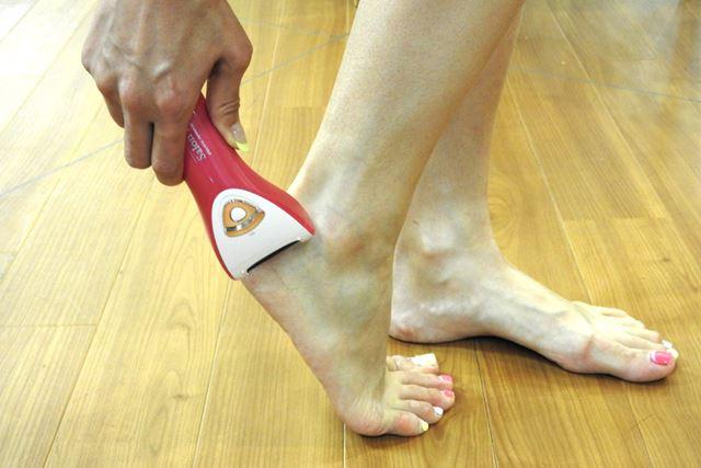 カラフルなフットネイルをしていても、指先がタコだらけなワタシの足。これで「はメンズに幻滅されます