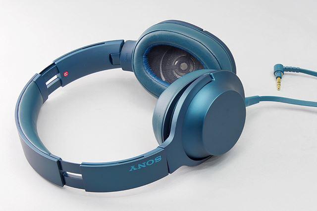 ソニー「MDR-100A(h.ear on)」。近年のソニー製ヘッドホンとは思えない形状と色合いがユニークだ