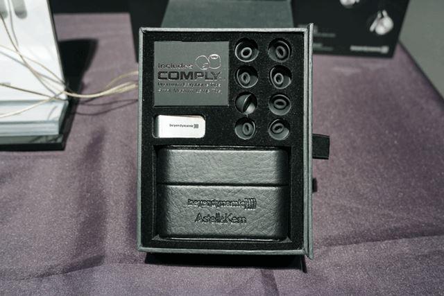 パッケージには、専用ケーブル2種類のほか、イヤーピースや専用ケースも付属