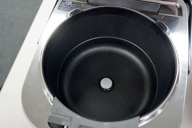 内釜を囲むかまど部分の側面には真空断熱材とヒーターが装備されているので、高温のキープもバッチリ
