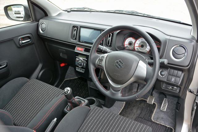 運転中に触れる、ハンドルやシフトレバー、クラッチなどの質感が高く、スポーツカーらしい雰囲気にひたれる
