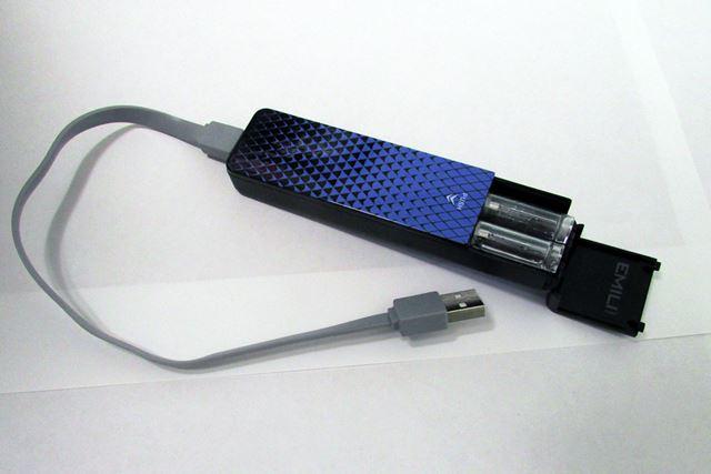 本体をケースに入れて充電する仕様。USB接続で充電できるケーブルも付属している