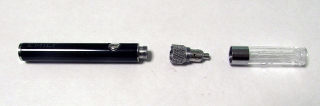 3ピース式の本体はこのように3分割できる。左からバッテリー、アトマイザー、リキッドタンク