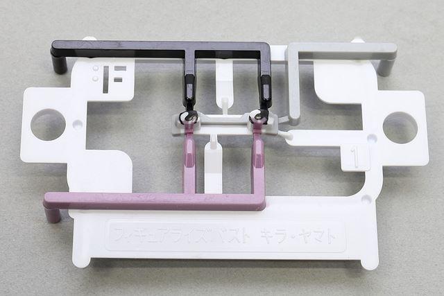瞳のパーツです。新技術「レイヤードインジェクション」を採用し、1 パーツに 4 色をインサート成形