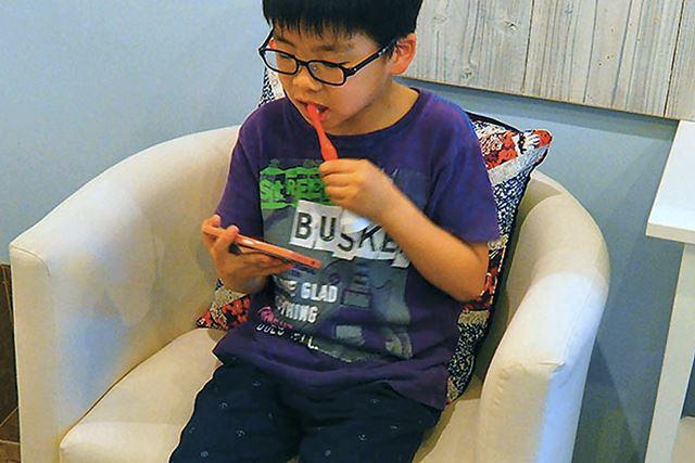 一度やり方を教えたら、2度目以降は8歳のダイ君も簡単に自分でプレイできるように。ひとりで黙々と歯磨き