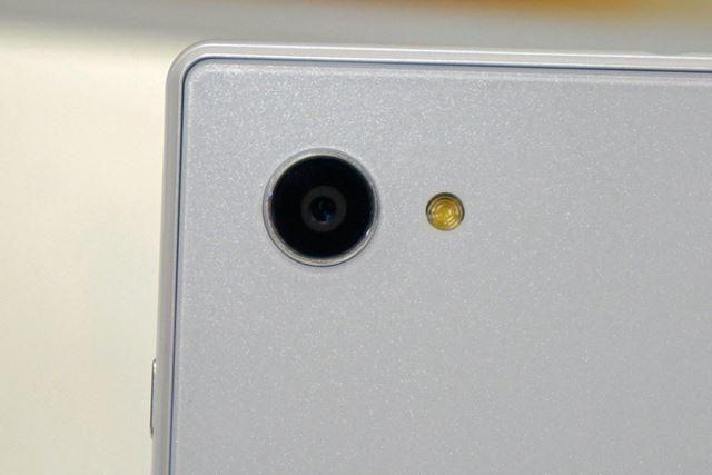 メインカメラは約1310万画素、F値1.9のレンズと光学手ブレ補正機構を備えている