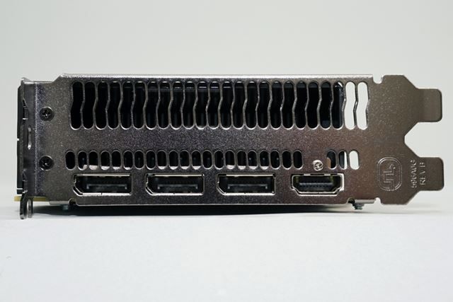 ディスプレイ出力は、HDMI×1とDisplayPort×3を装備