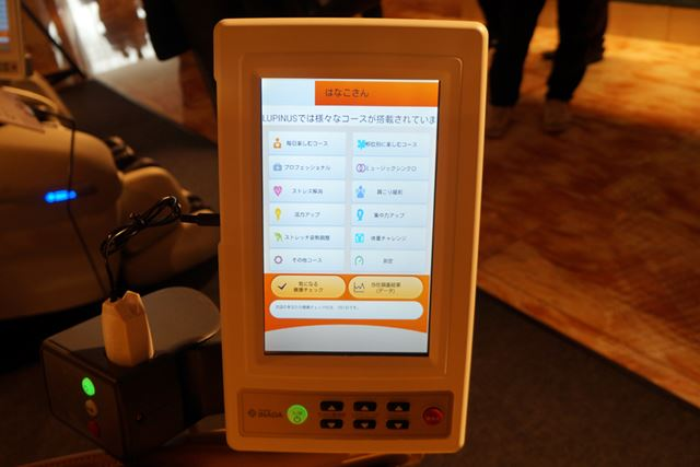 付随のタブレットではマッサージ機能の操作ができるほか、蓄積したデータの確認も行える