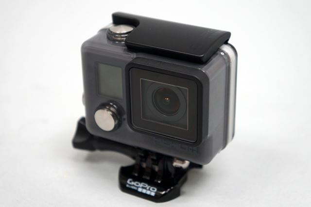 レンズはF値2.8、広角約170°で、上位モデルと同様のものが採用されている
