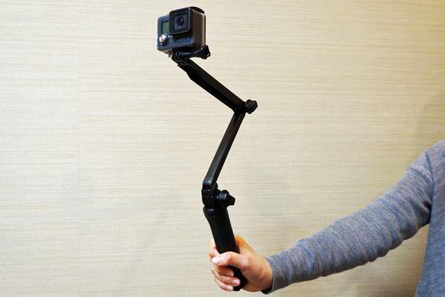 スノーボードで使用する時には、友達を撮るのにも自撮りをするのにも役立つ「3-Way」に装着するといい