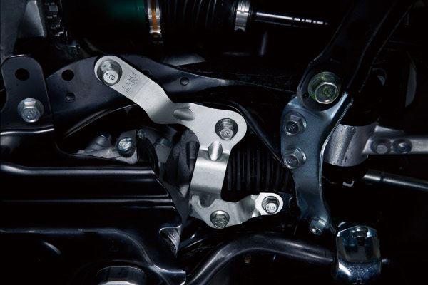 ステアリングギアボックスの取り付け剛性を高めるクランプスティフナー。単純な装備だが効果は大きい