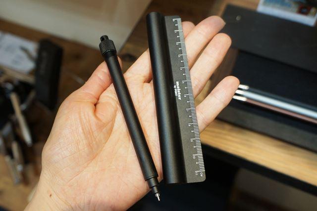 ペンが収納されています。アルミニウム素材でできているので、非常に軽い!
