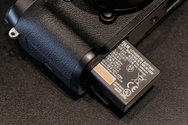 付属バッテリーのNP-W126S。NP-W126よりも発熱を抑える工夫が施されているという