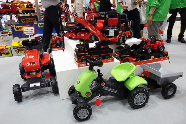 トラクターやトレーラーなどの乗用玩具は造りも本格的で、大人でも思わずグッとします