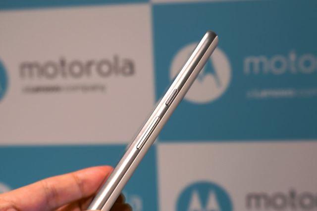 ボディは約7.87mmの厚さに抑えられており、従来の「Moto X Play」の約8.9mmよりも大幅に薄く仕上がっている