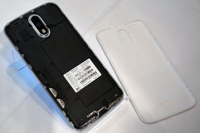 裏ブタは取り外しが可能。バッテリーの交換をユーザーが行うことはできない