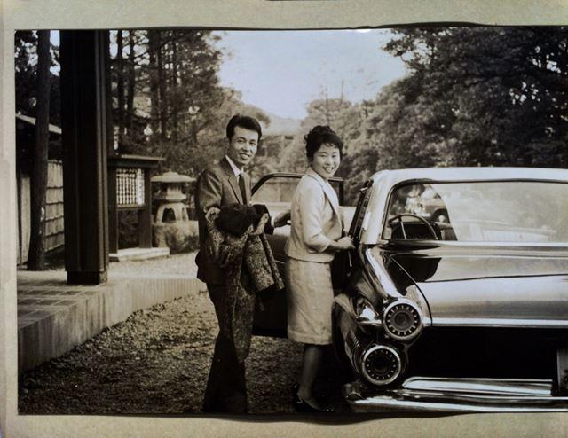 取り込んだ写真をiPadのスライドショーで鑑賞。結婚式当日の写真を数十年ぶりに見る2人